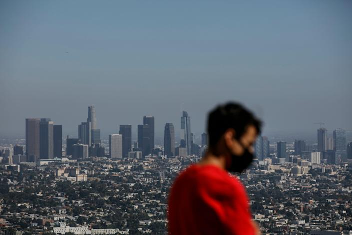 "LA County Reimposes Mask Mandate Regardless of Vaccination Status"" />"