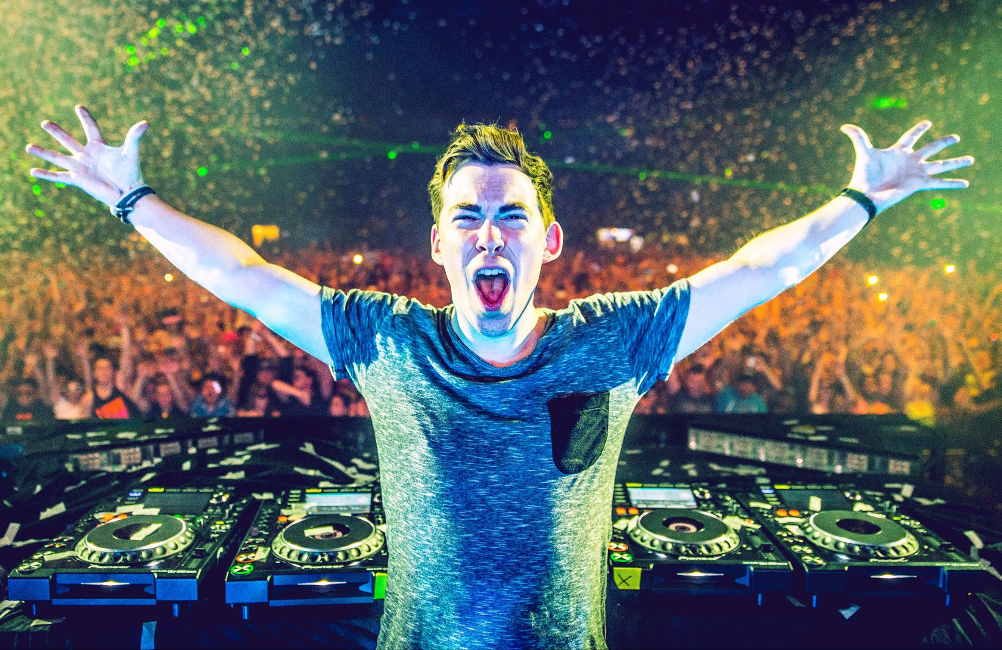 Hardwell Makes Emotional Appearance on Stage During ADE